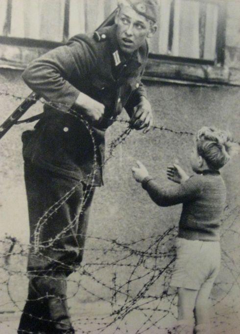 des soldats qui enfreignent les règles par humanité
