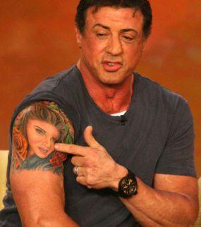 sylvester-stallone-son-tattoo-portrait-de-sa-femme-sur-le-haut-du-bras_147609_w620